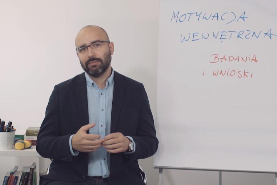 #11 Porcja Wiedzy – Co motywuje, a co demotywuje pracowników?